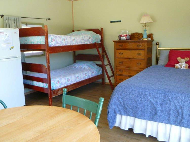 http://moosehavenresort.com/dev/wp-content/uploads/2015/03/cabin-3-bunks.jpg
