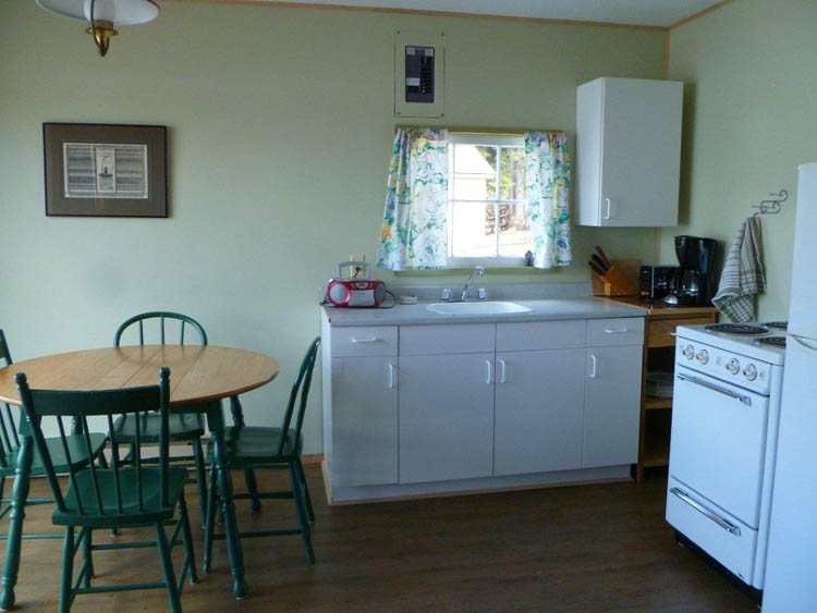 http://moosehavenresort.com/dev/wp-content/uploads/2015/03/cabin-3-kitchen.jpg